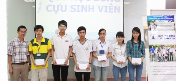 Quỹ học bổng Cựu sinh viên Khoa CNTT trao 14 suất học bổng cho sinh viên có nhiều nỗ lực trong học tập