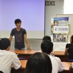 Bạn Hà Mai Anh, SV đã nhận HB từ năm 2010 và hiện là SV hệ HCĐH, đang phát biểu cảm tưởng về Quỹ Học Bổng cũng như chia sẻ những kinh nghiệm vượt qua khó khăn với các bạn SV năm 1
