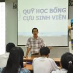 Thầy Lâm Quang Vũ, Phó Khoa CNTT, dặn dò các bạn trước khi trao HB