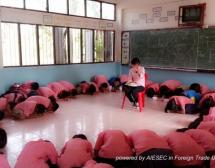 """Cô giáo, đừng về Việt Nam! """"Teacher, don't go Vietnam!"""""""
